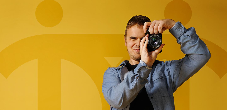 Снимка на усмихнатия Дилиян, който фокусира с фотоапарат.