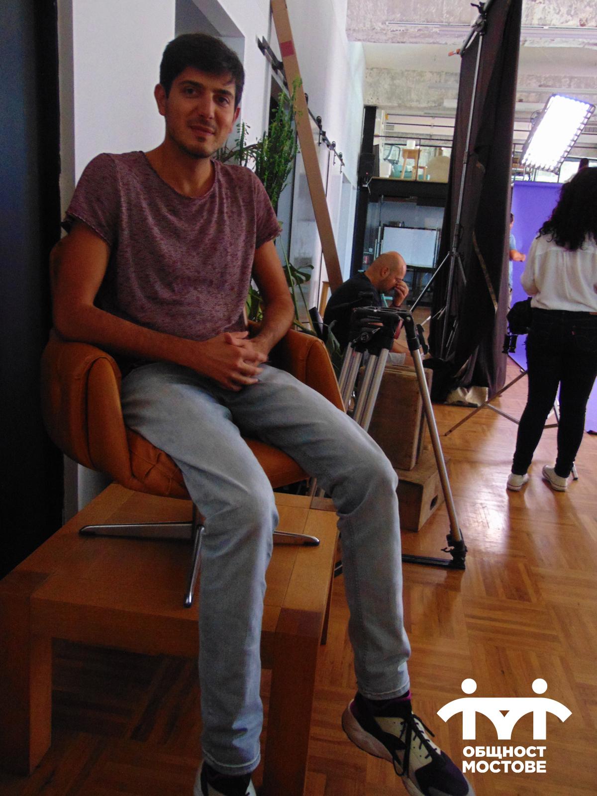 Кадър от снимачния ден и част от екипа. На преден план режисьорът Еди Шварц, седнал за кратка почивка.