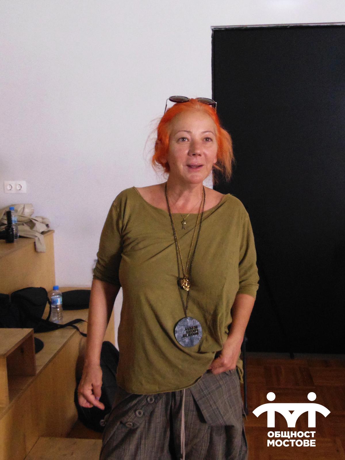 Част от снимачния ден. Аделина Банакиева, част от екипа на сдружение Общност Мостове.