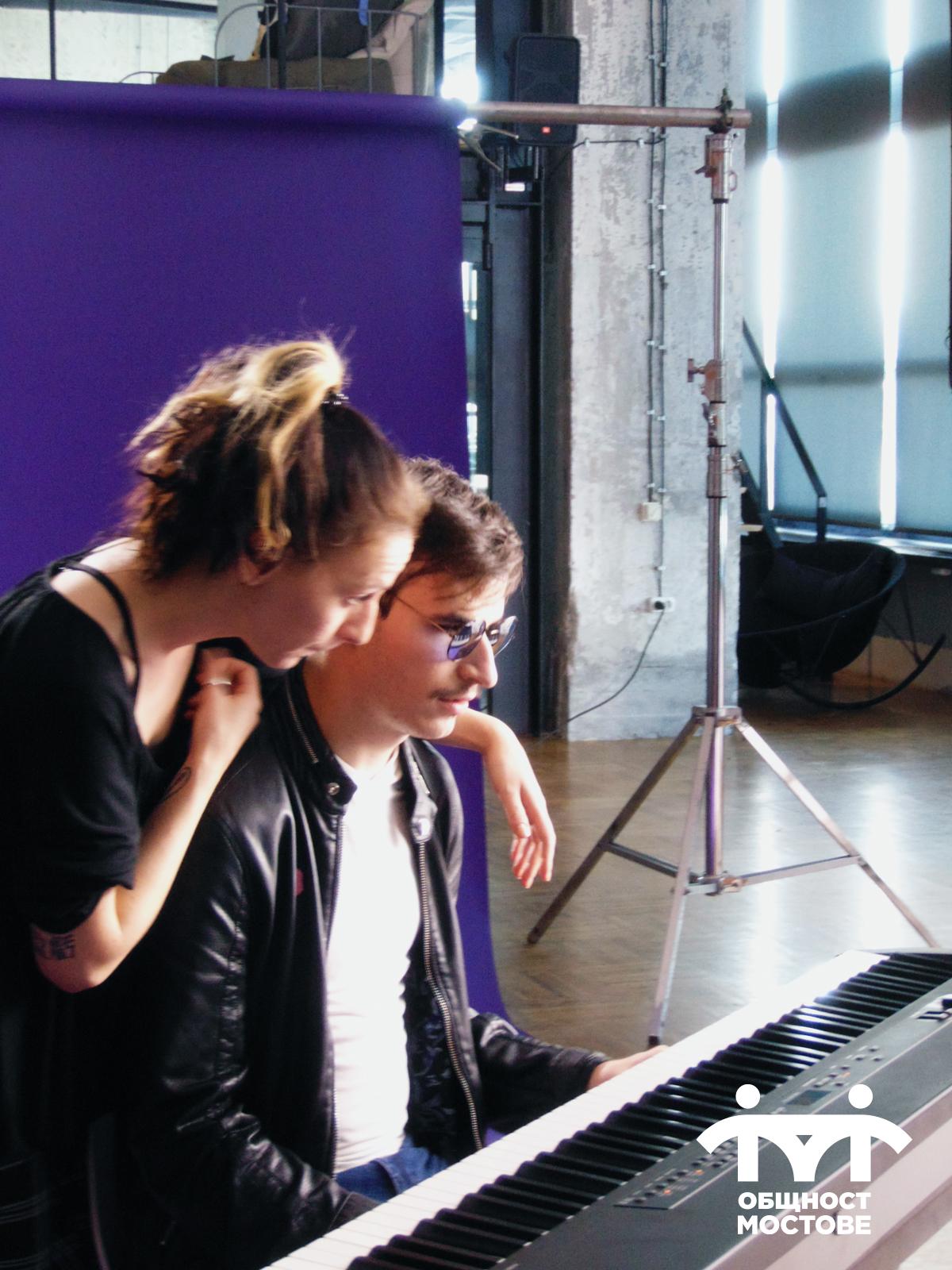 Част от снимачния ден. Почивка, в която Лъчезар е до пианото, а неговата сестра, която му е асистент го е прегърнала.