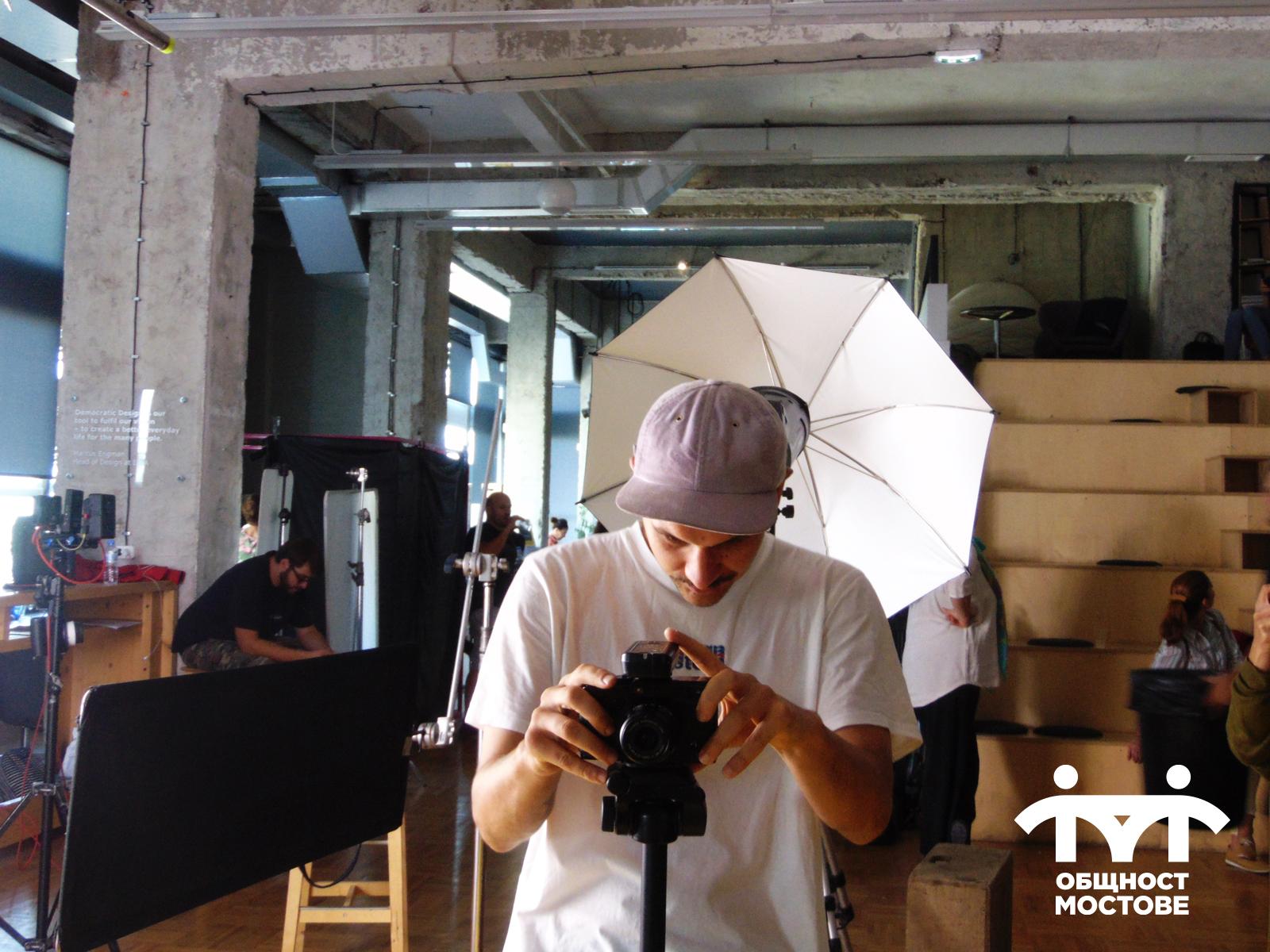 Част от снимачния ден. Операторът Златимир Ароклиев подготвя фотоапарата си за заснемане на сцена.